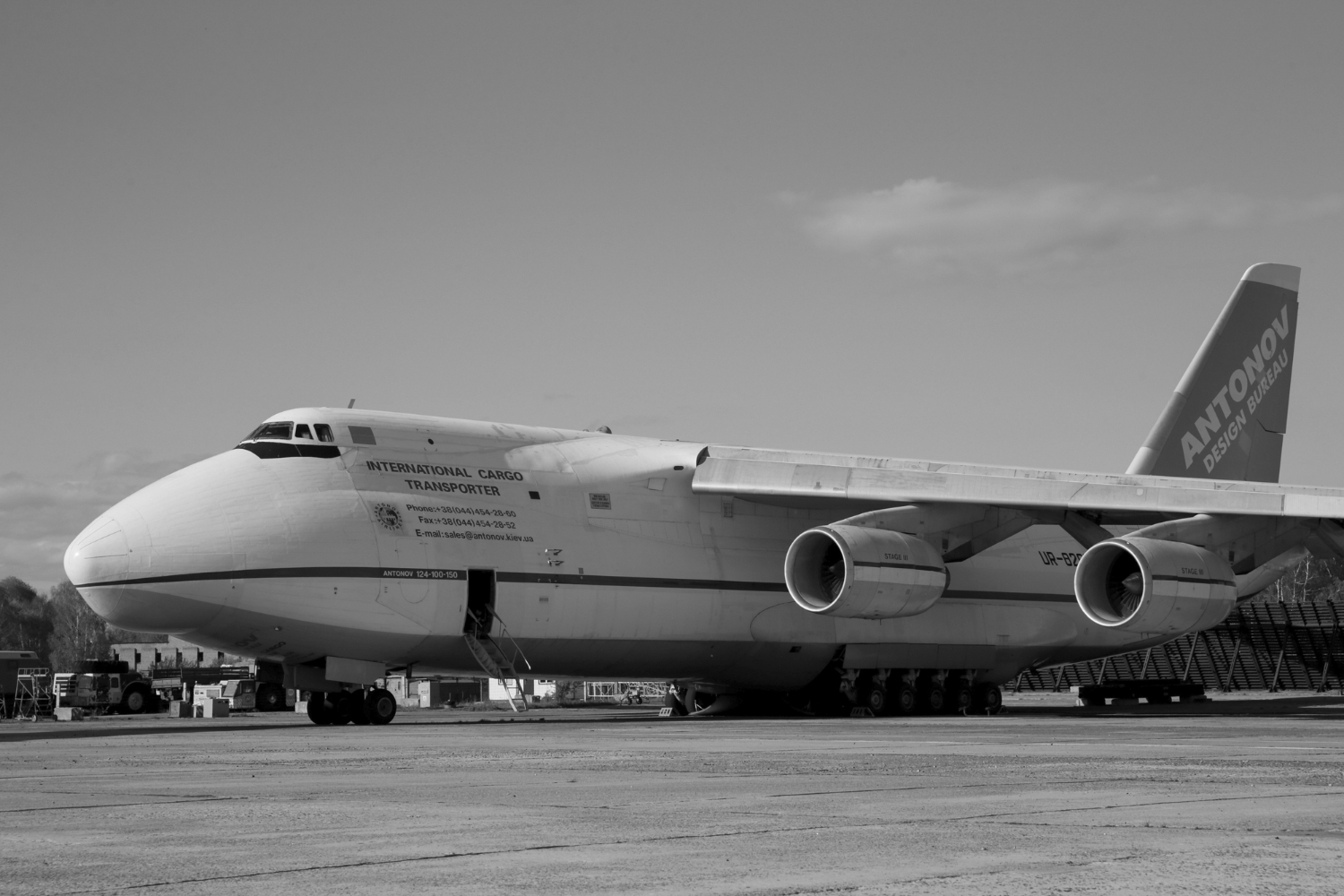The Russian An-124 cargo planes represent a strategic issue for the French army.